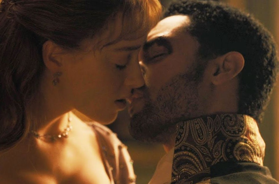 Daphne and Simon kissing in 'Bridgerton.'