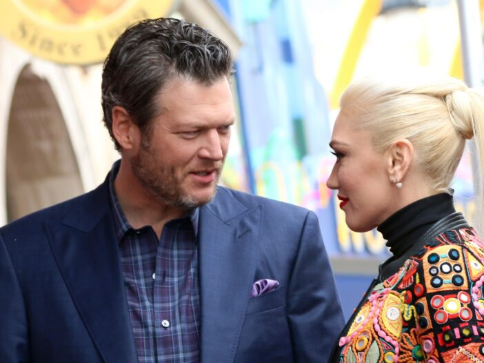 Gwen Stefani on the right, looking at Blake Shelton on the left.