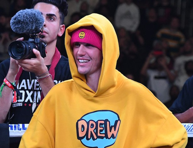 Justin Bieber in a yellow Drew hoodie at the Logan Paul-KSI Boxing Match