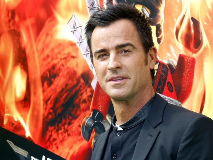 Justin Theroux wears a black suit jacket to a movie premiere