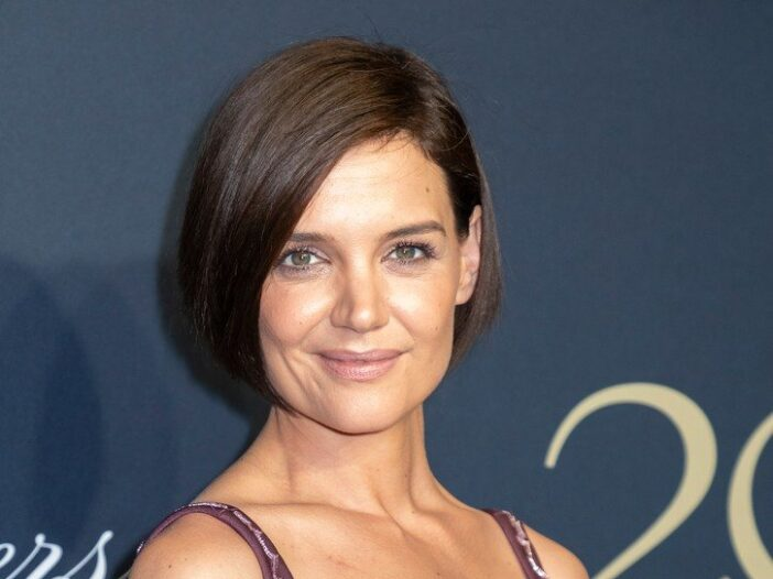 Katie Holmes with short hair, in a purple dress.