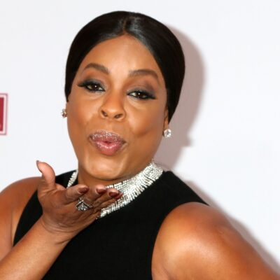 Niecy Nash blowing a kiss to the camera.