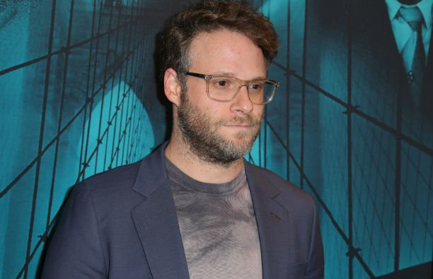 Seth Rogen in a gray suit on the red carpet