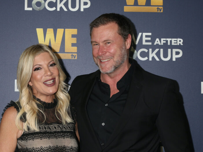 Tori Spelling and Dean McDermott smiling together