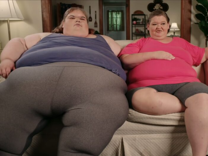 Amy and Tammy Slaton sitting on a couch wearing loungewear in an episode of '1000-Lb Sisters.'