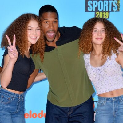 Michael Strahan poses with his youngest daughters, Isabella and Sophia, on the Nickelodeon Kids Choice Awards red carpet