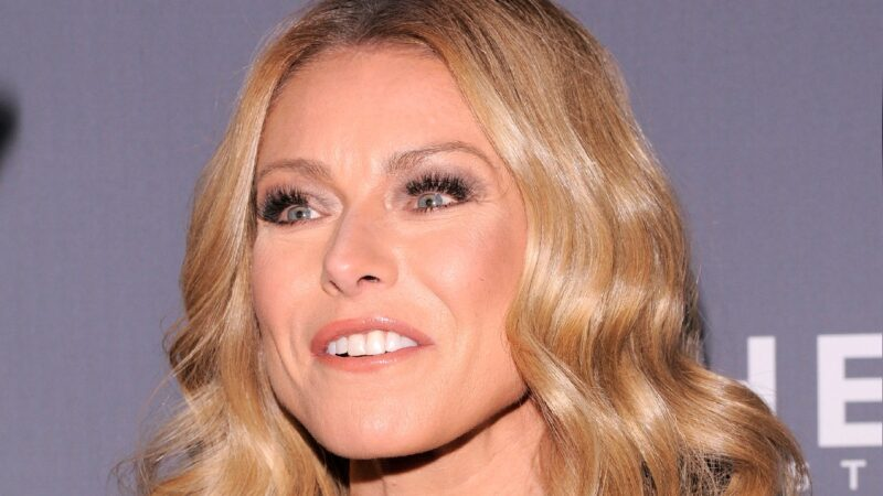 Kelly Ripa pulls a face while walking the red carpet