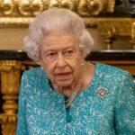 Queen Elizabeth wears a teal dress inside Windsor Castlee
